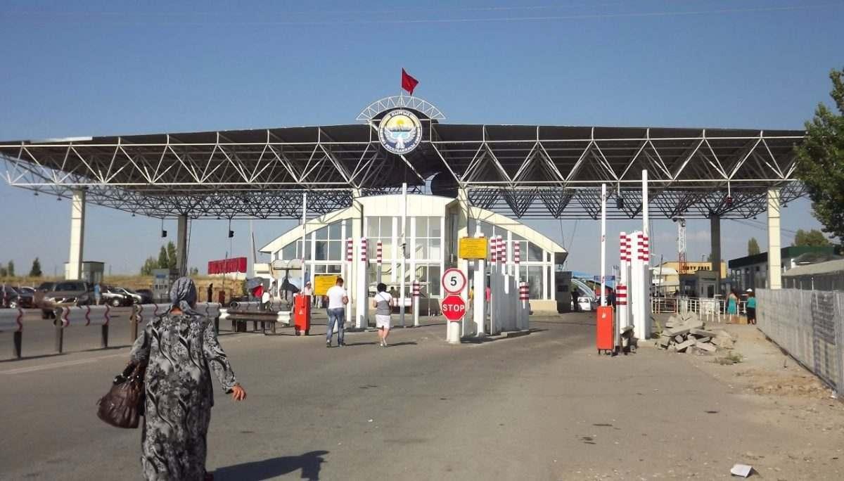 Иностранец хотел провезти через Астрахань мандарины, но лишился 2000 рублей на границе