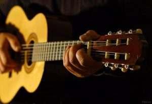 Астраханские пенсионеры могут бесплатно научиться играть на гитаре