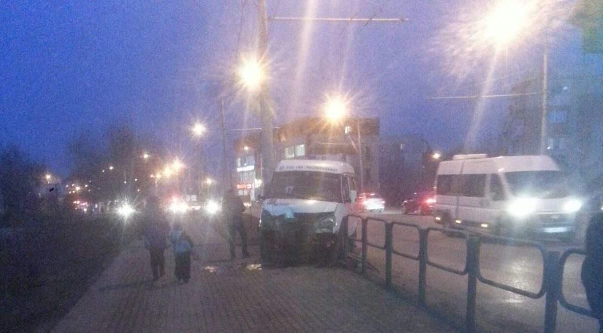 Астраханская маршрутка врезалась в ограждение