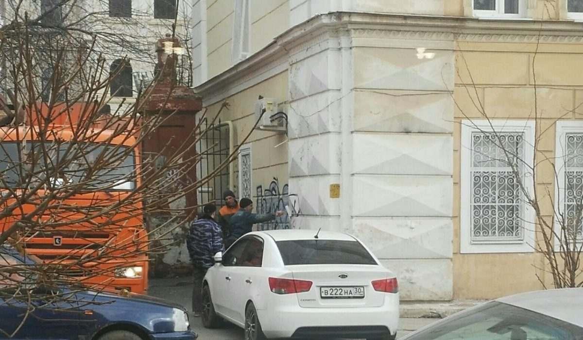 С «общественным туалетом» на улице напротив горадминистрации начали борьбу