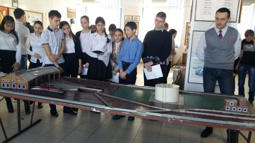 Старшеклассникам показали астраханское локомотивное депо