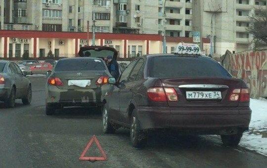 В Астрахани на съезде с моста столкнулись четыре иномарки