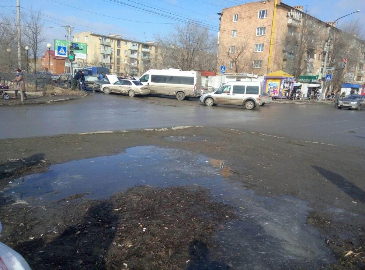 На перекрестке улиц Яблочкова и Бориса Алексеева столкнулись четыре машины