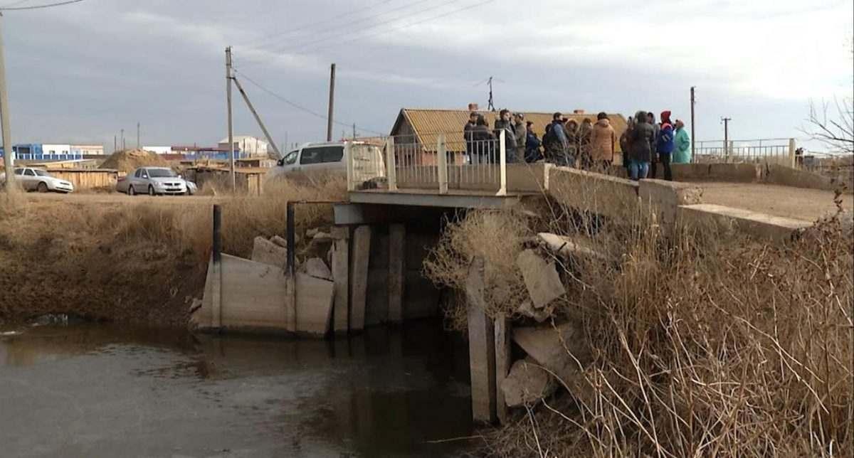 Астраханцы своими силами укрепляют хлипкий мост