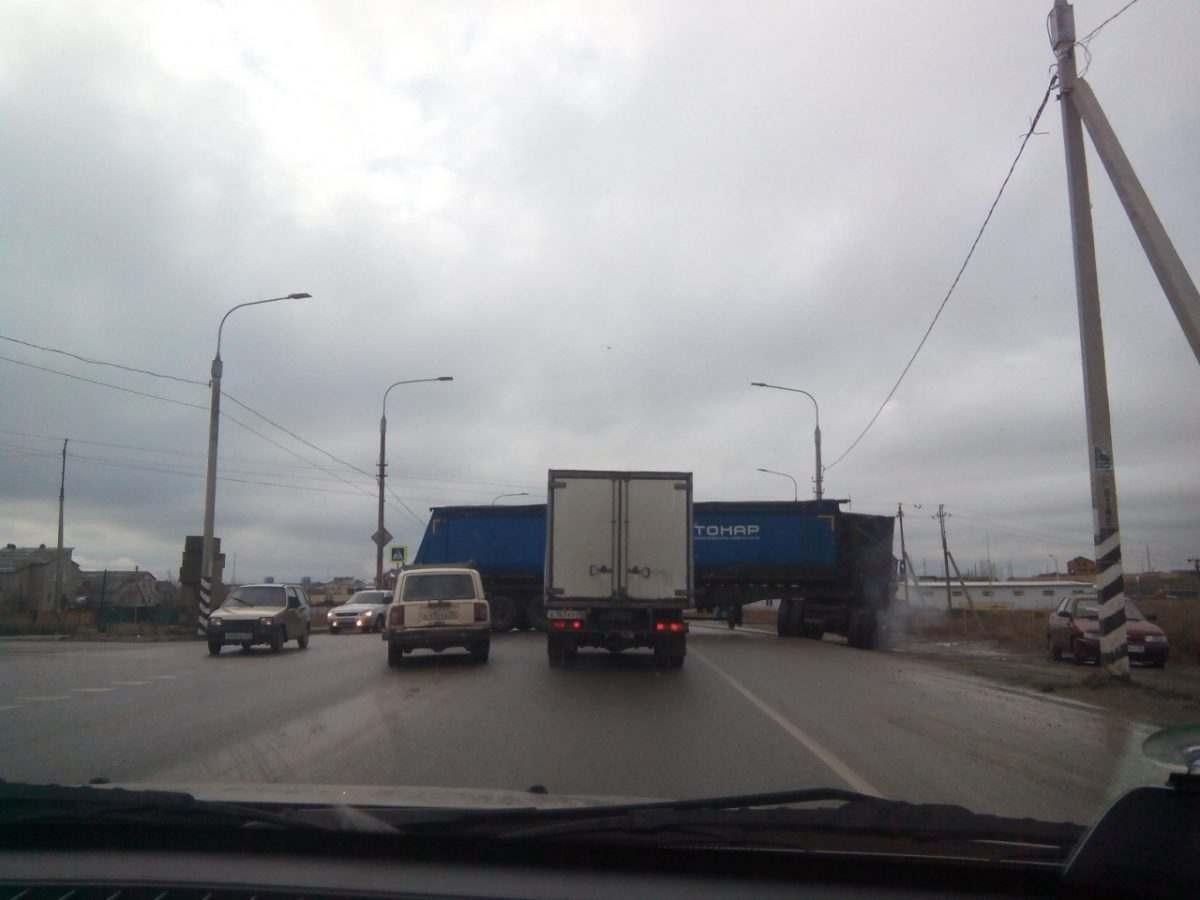 В Астрахани фура перекрыла дорогу