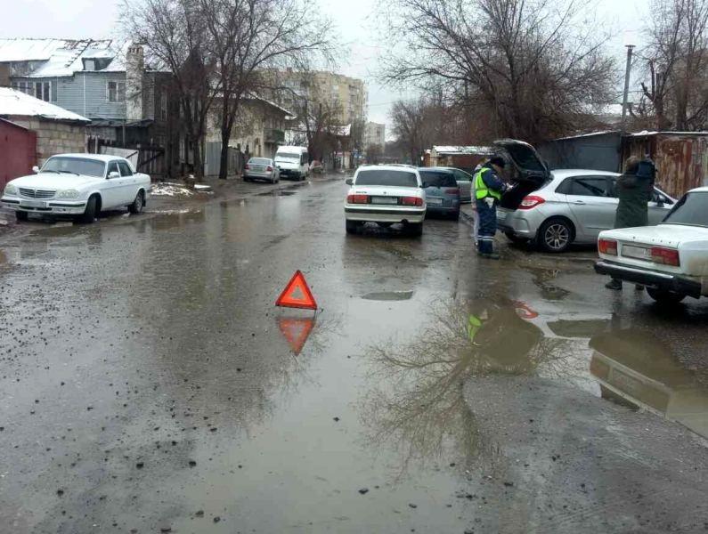 В Астрахани повреждены 10 автомобилей из-за одной ямы