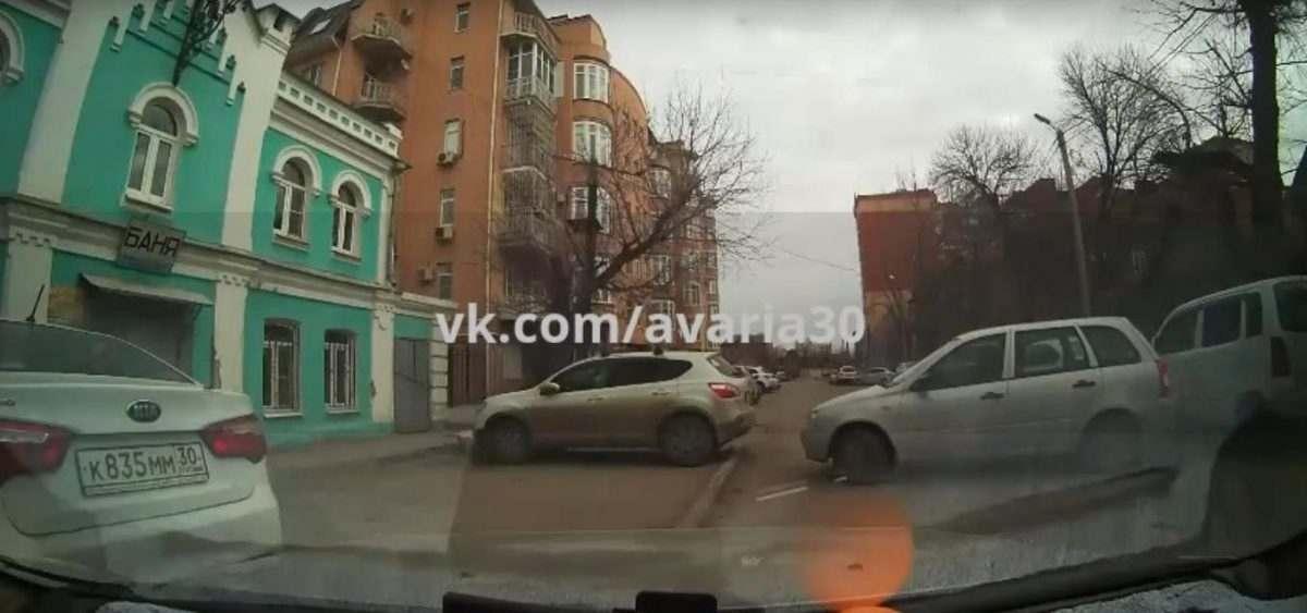 Видео: «Лада» пытается выехать и бьется об стоящие рядом авто