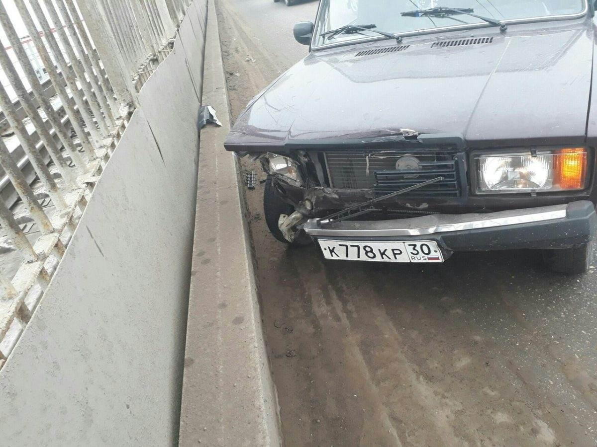 В Астрахани водитель врезался в ограждение и ушел