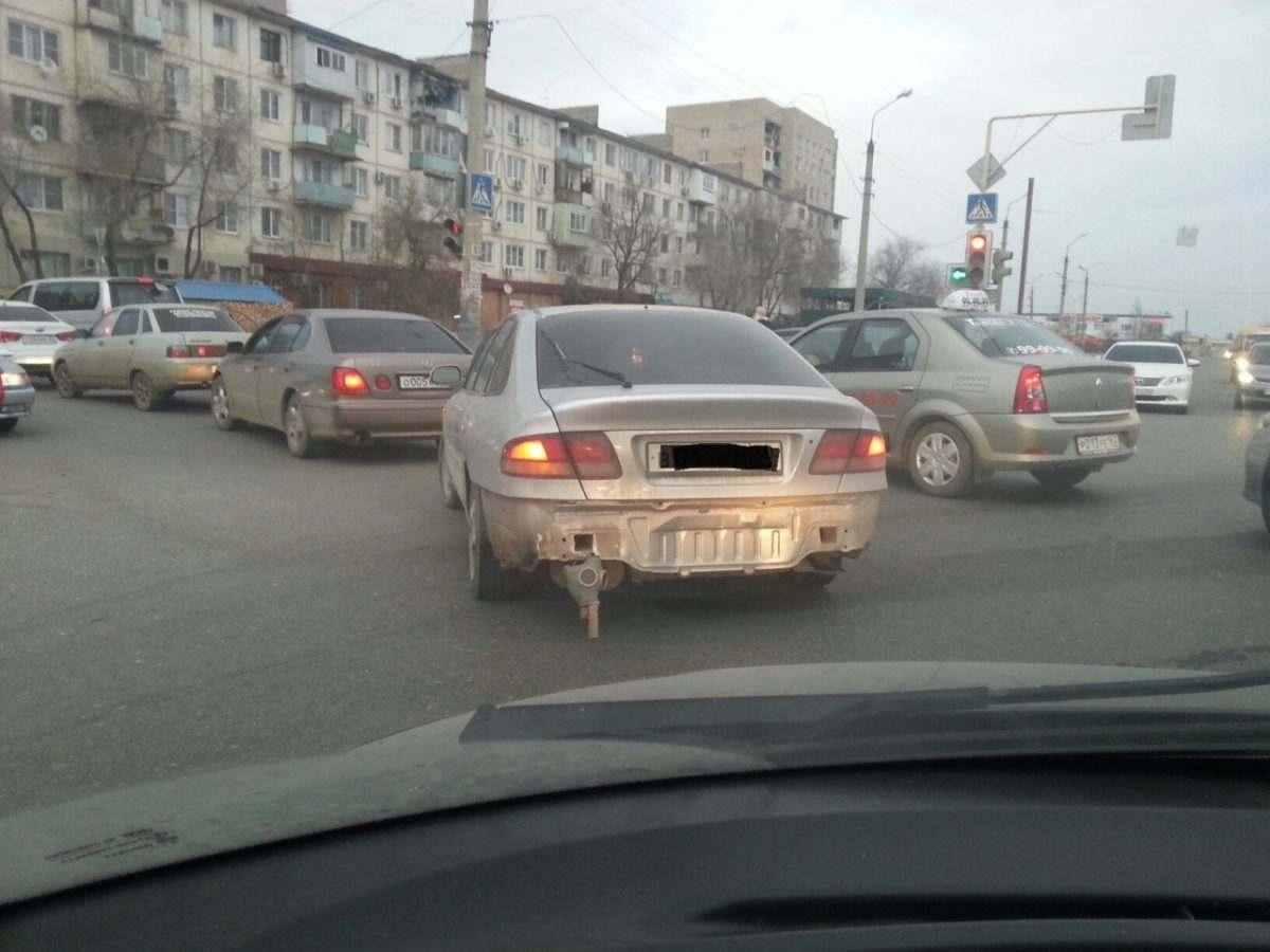 Астраханец борется с выхлопами своей машины с помощью противогаза