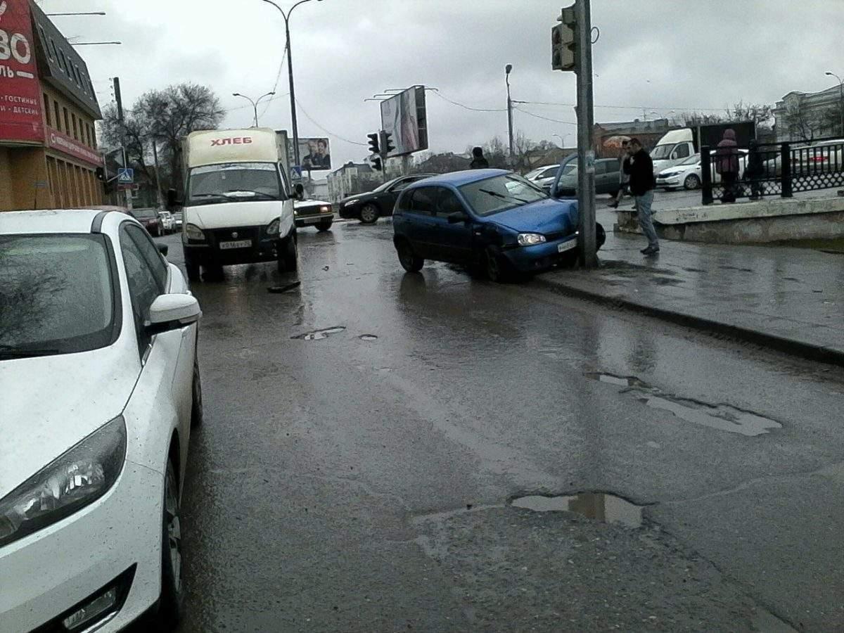 В центре Астрахани машина протаранила светофор