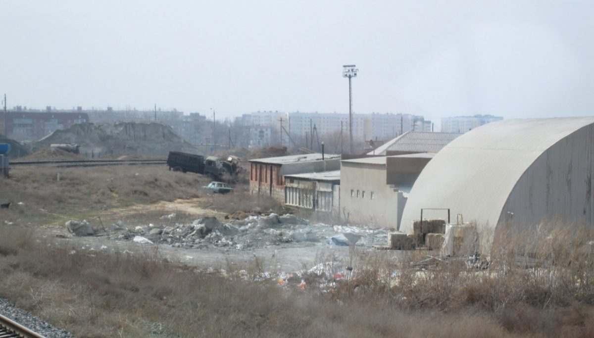 В ходе рейда вдоль железной дороги в Астрахани нашли 20 свалок