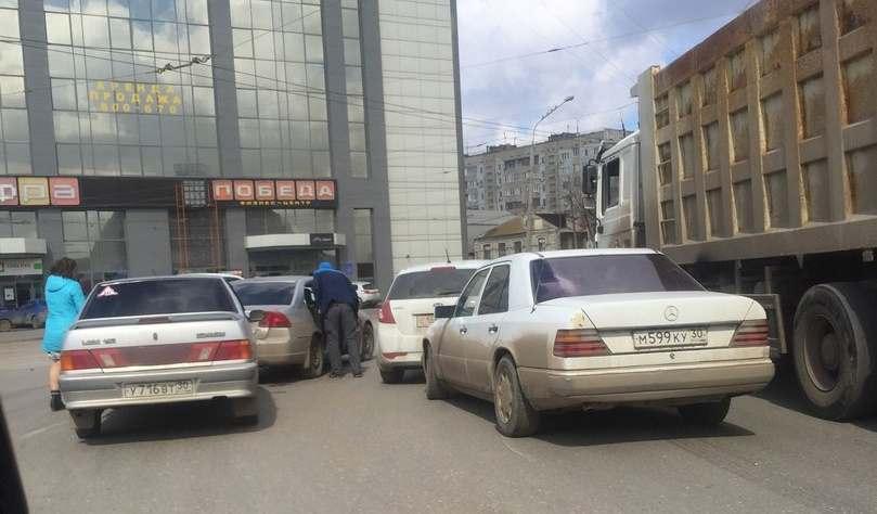 В центре Астрахани столкнулись 5 машин на «лучшей дороге города»