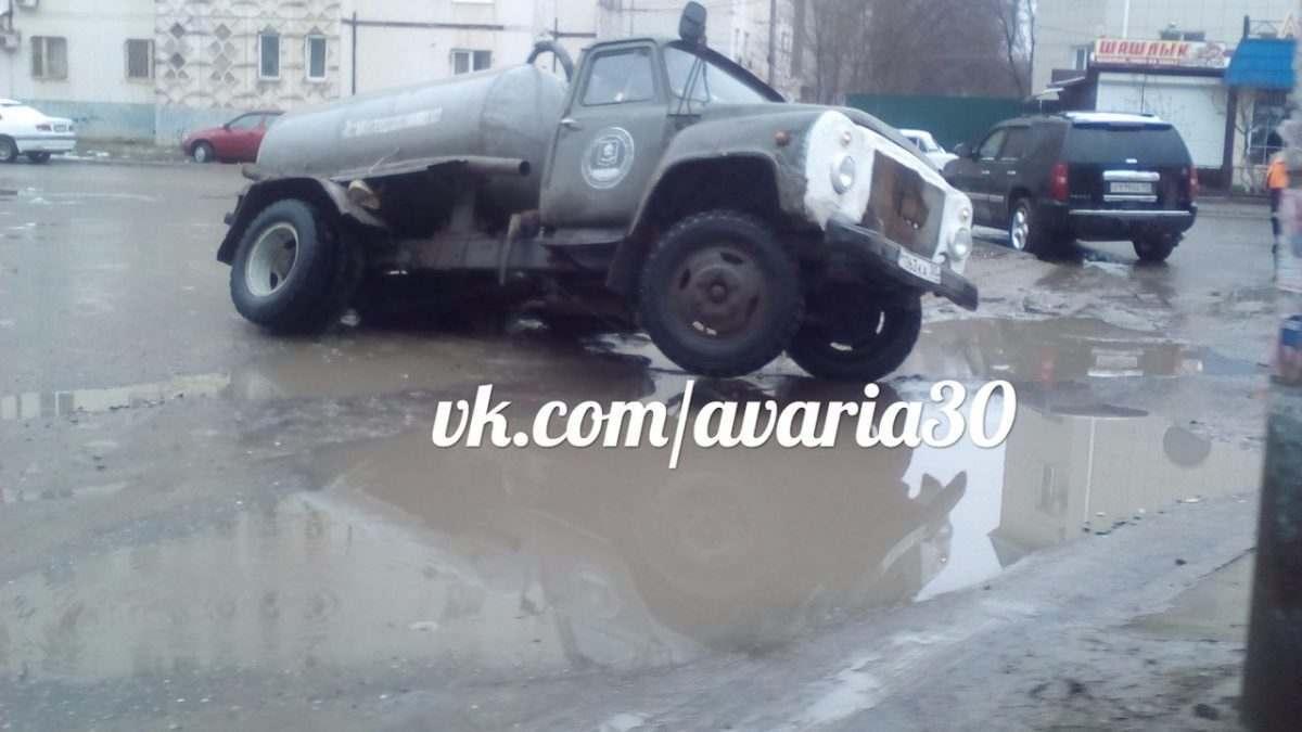 Астраханские коммунальщики устраняли последствия непогоды и провалились в яму
