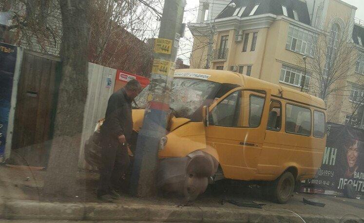 В центре Астрахани серьезная авария с участием маршрутного такси