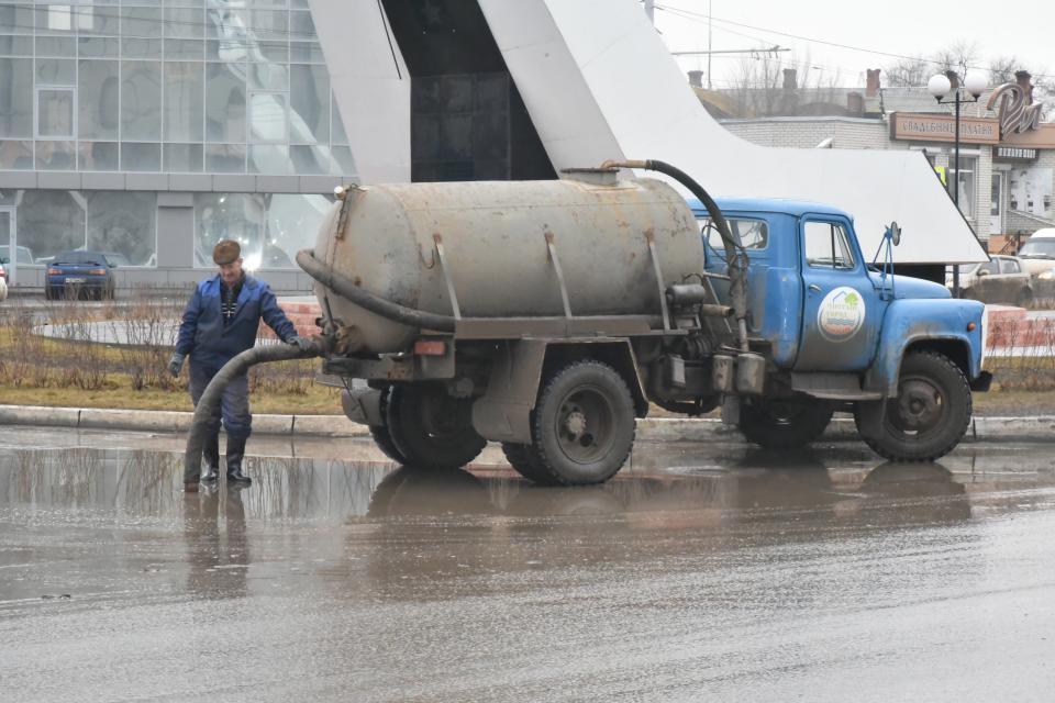В Астрахани откачивают воду с центральных улиц, пешеходных переходов и остановок