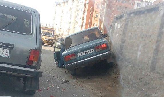 Фото: в Астрахани автомобиль залез на бетонное ограждение