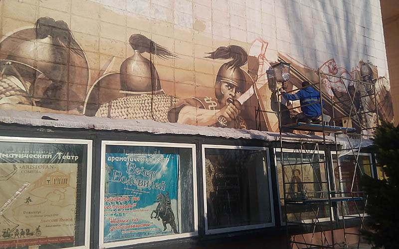 Граффитчик из Астрахани преображает Драматический театр в Волжском