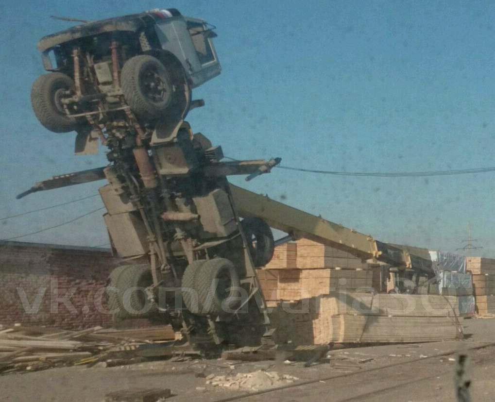 В Астраханской области автокран встал на «дыбы» из-за тяжелого груза