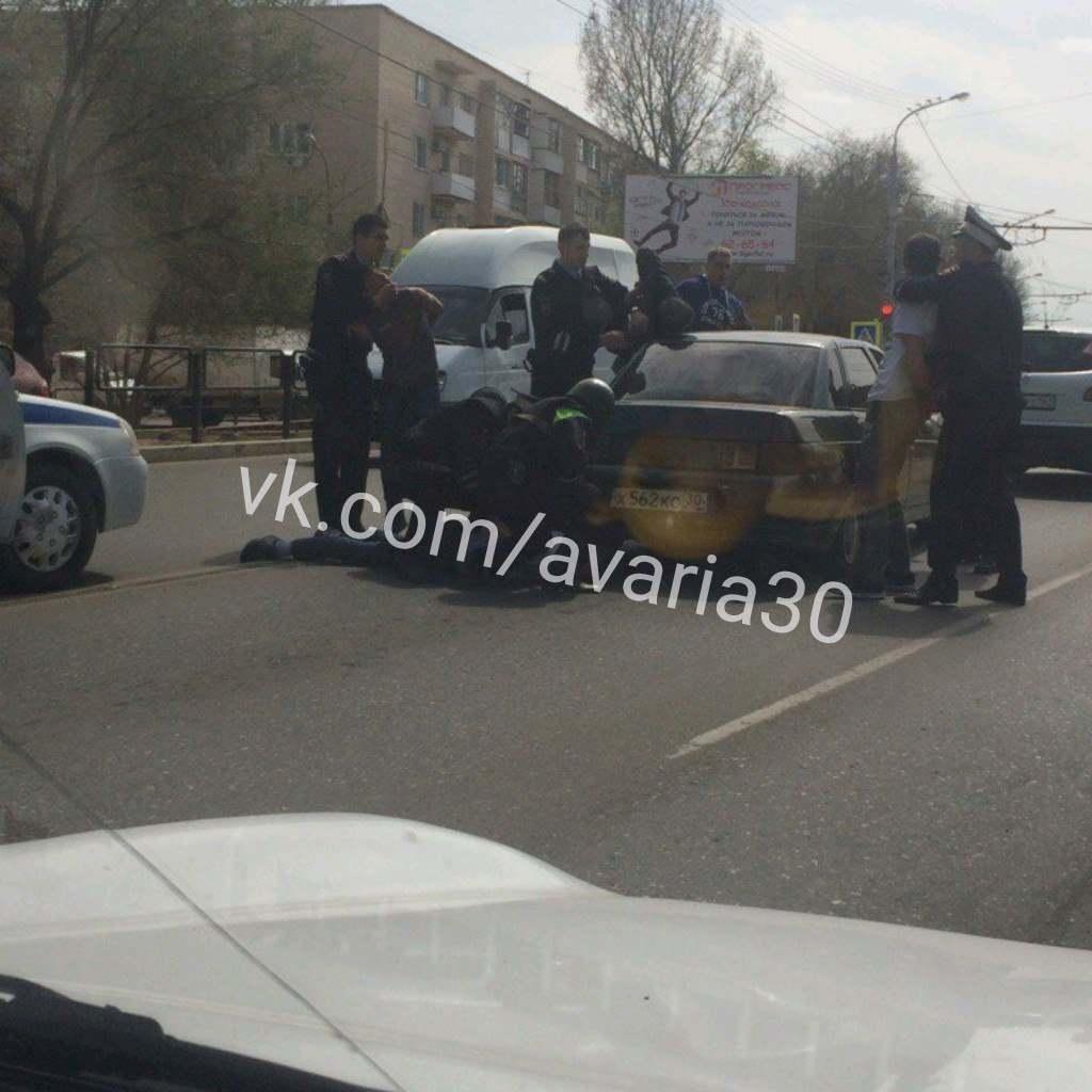 В центре Астрахани посередине дороги повязали несколько человек на «Ладе»