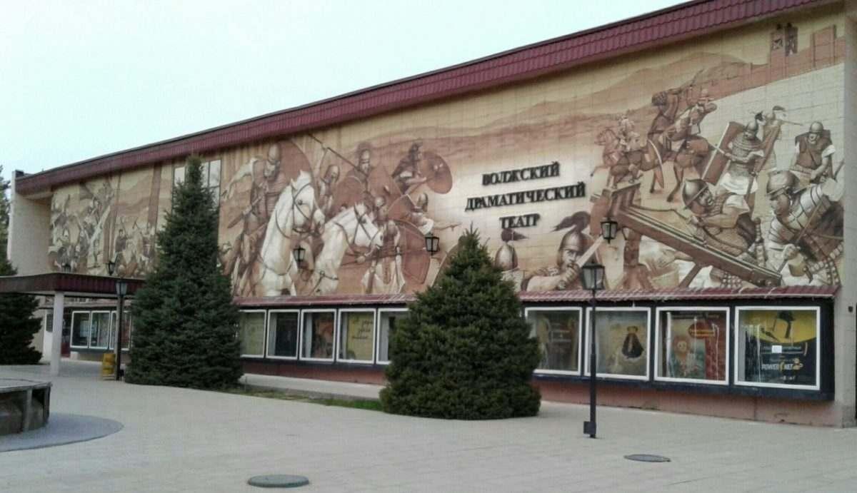 Астраханец изрисовал баллончиками театр
