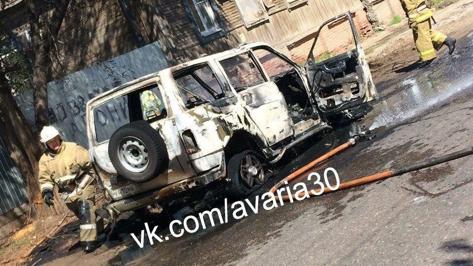 В Астрахани днем посередине дороги вспыхнул автомобиль