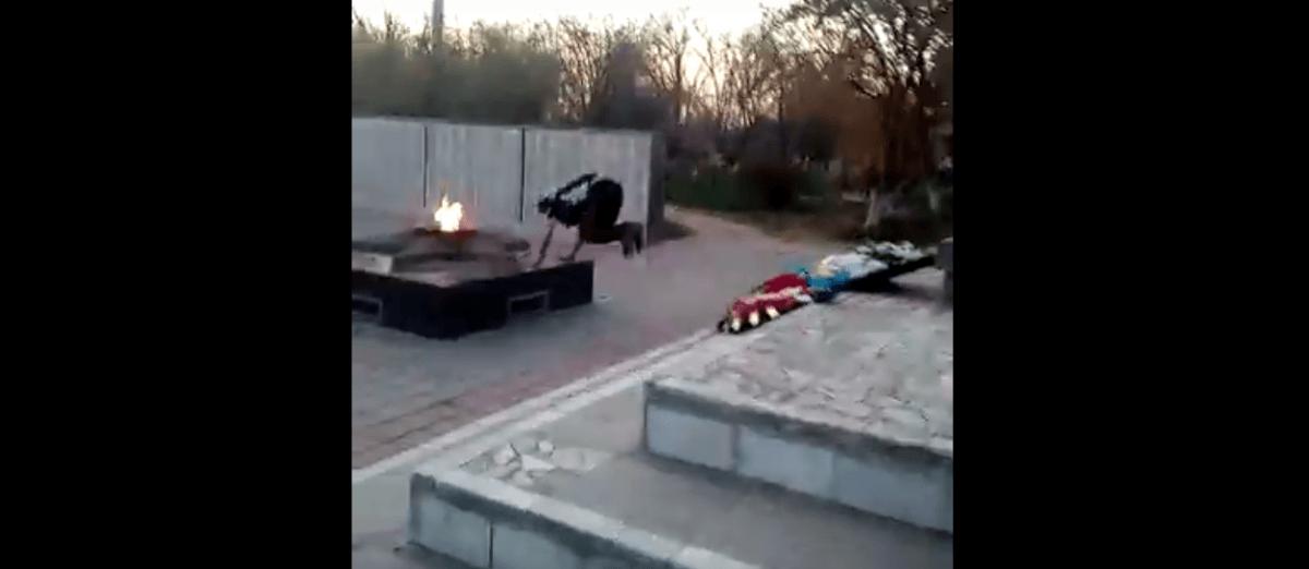 В Астраханской области паркурщики тренируются на мемориале воинам ВОВ