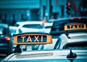 Бесстрашный таксист попал на видео в центре Астрахани