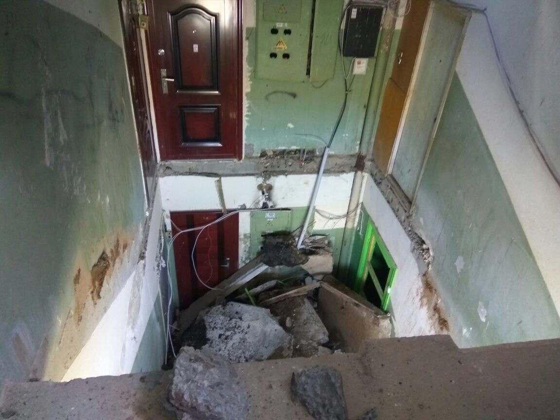 В многоэтажке в Астраханской области обрушился лестничный пролет