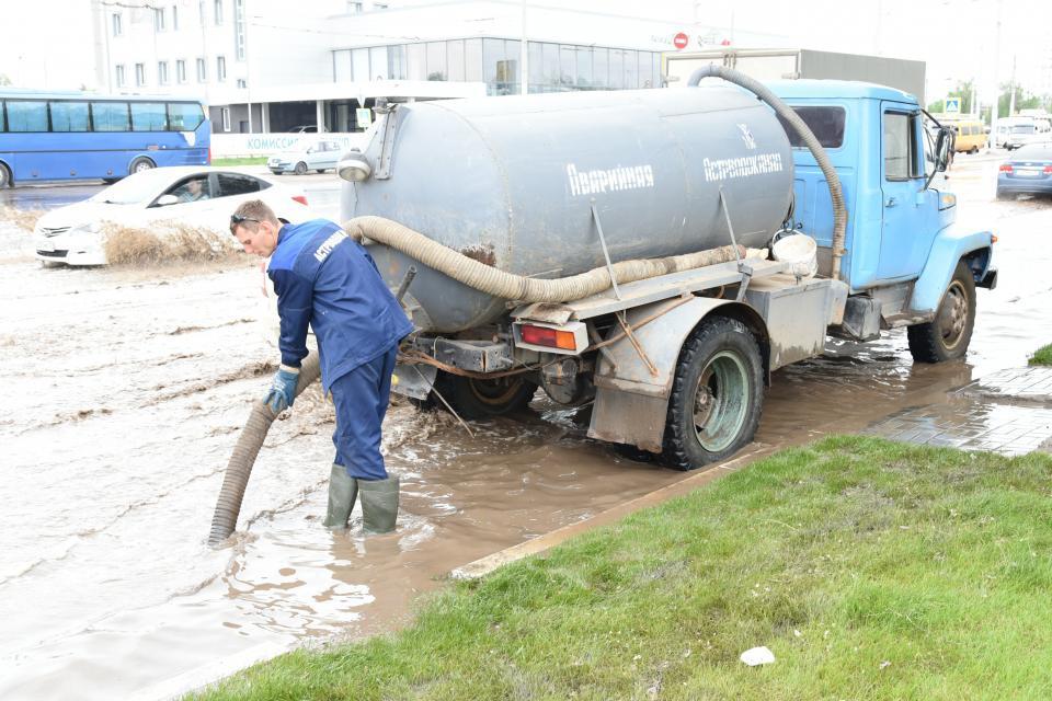 На улицах Астрахани начали откачивать воду
