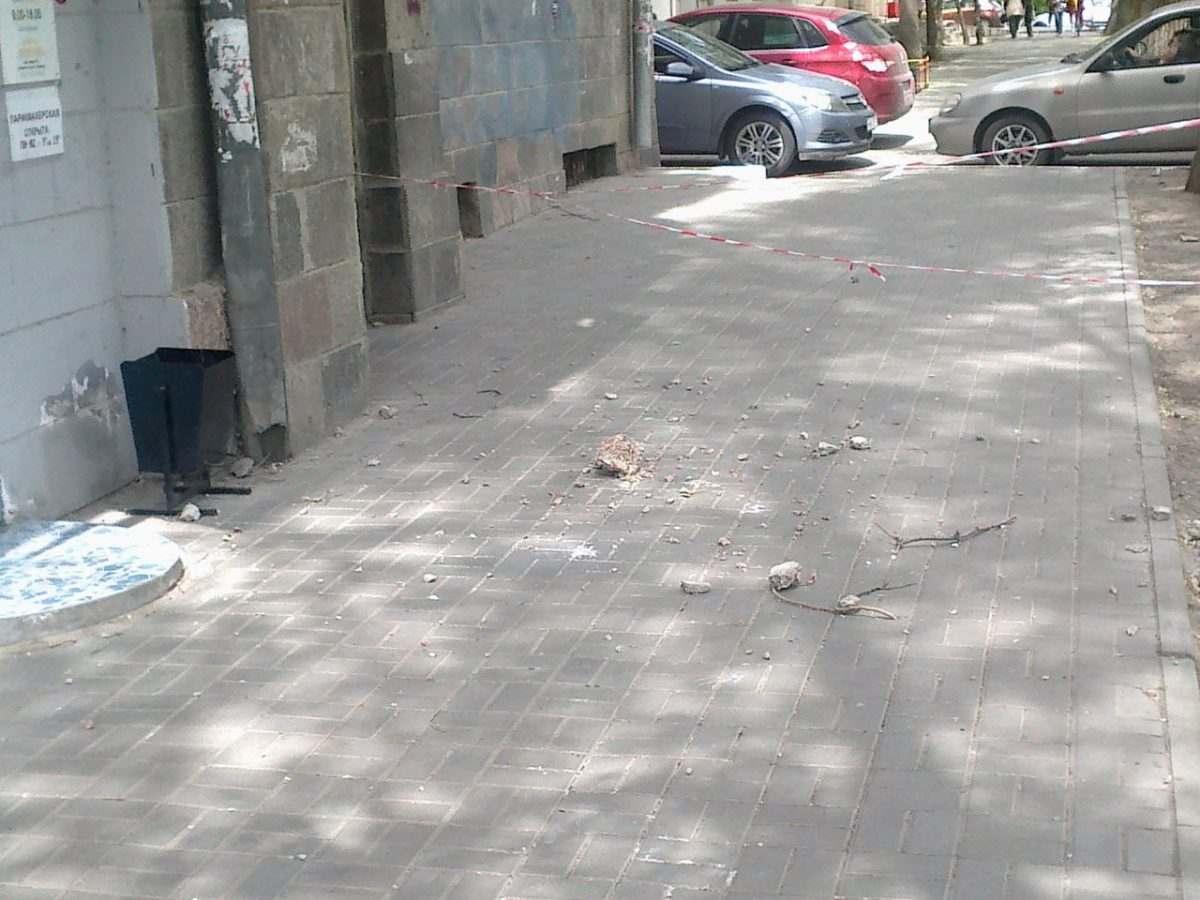С балкона в центре Астрахани снова начался камнепад