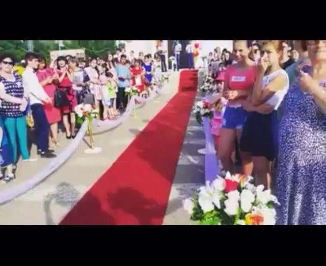 Под Астраханью выпускникам постелили красную дорожку (видео)