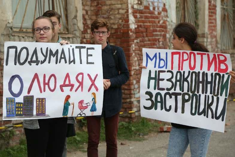Астраханцы вышли на пикет против строительства многоквартирного дома