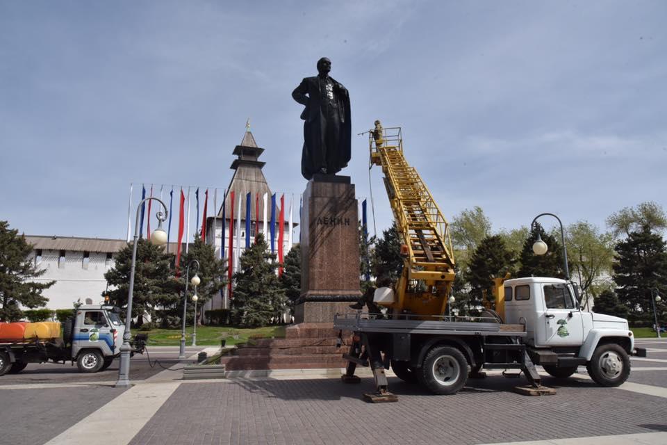 В Астрахани помыли Ильича!
