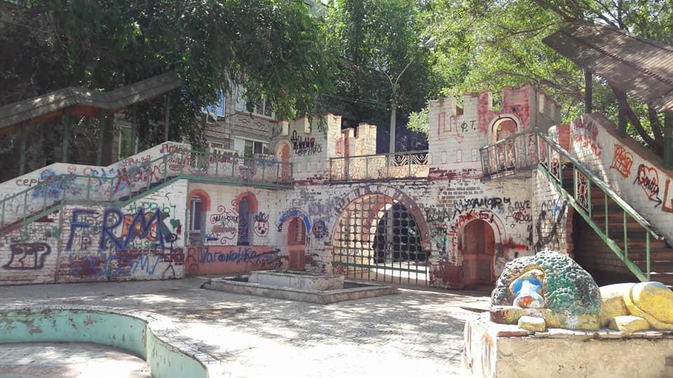 Астраханцы просят отремонтировать детский замок