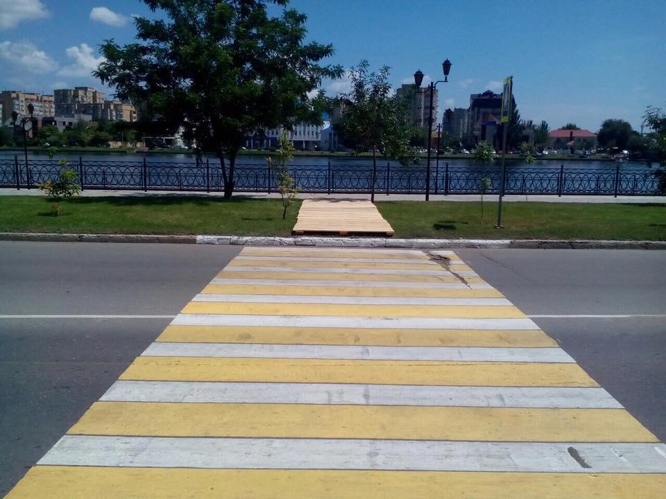 К пешеходному переходу «в никуда» положили деревянные поддоны