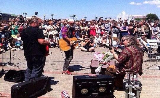Борис Гребенщиков дал внезапный концерт на астраханской набережной