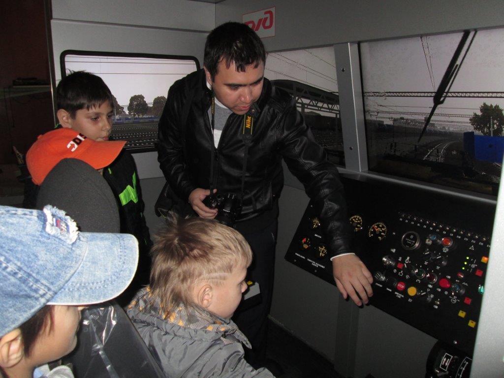 Молодые астраханские железнодорожники общаются со школьниками