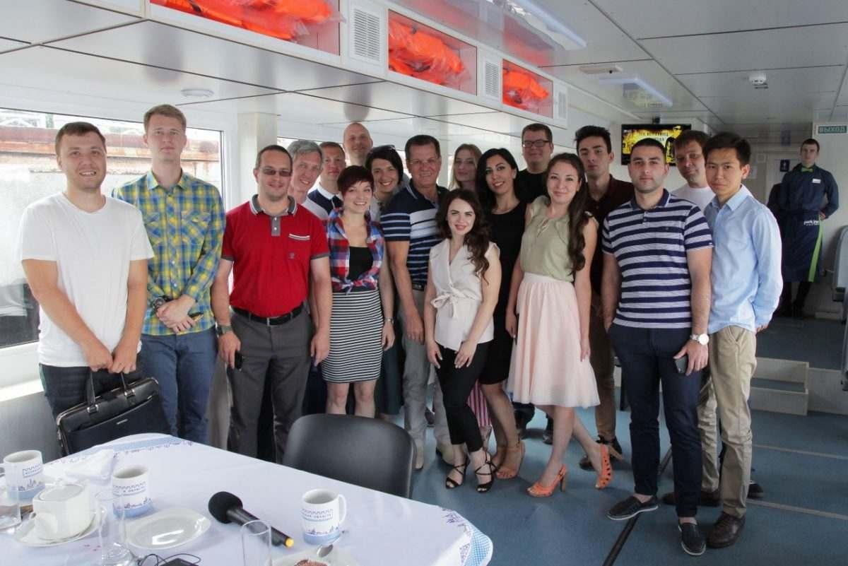 Александр Жилкин покатался с блогерами на речном трамвайчике