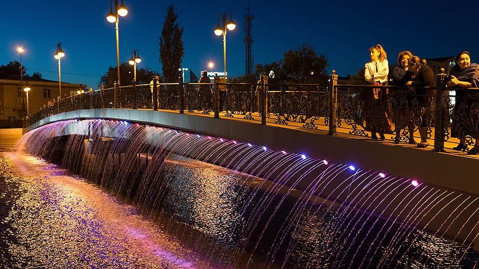В Астрахани днем с моста Дружбы украли ограждение