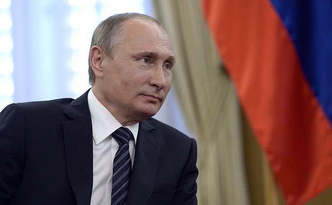 Владимир Путин вручил паспорт астраханской школьнице