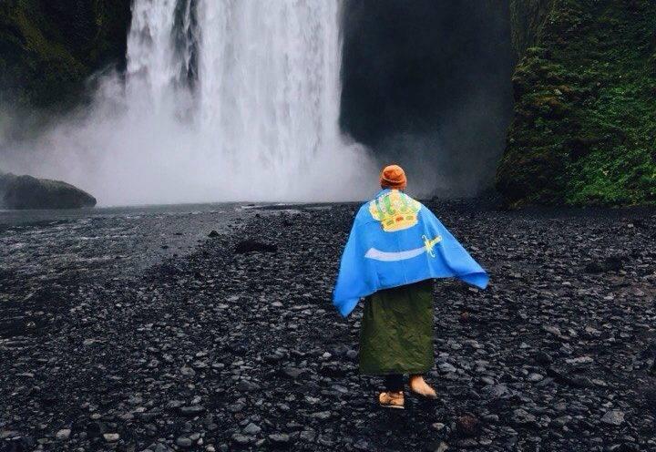 Астраханцы путешествуют с флагом региона по Исландии