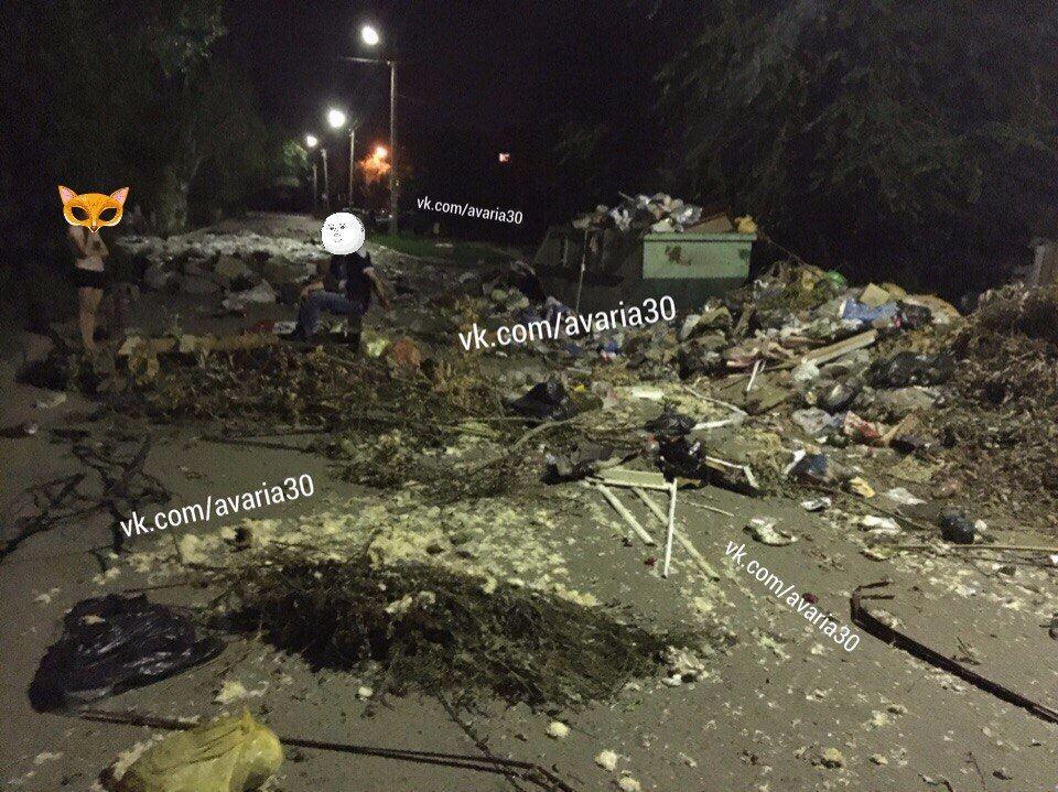 Астраханцы перекрыли мусором улицу