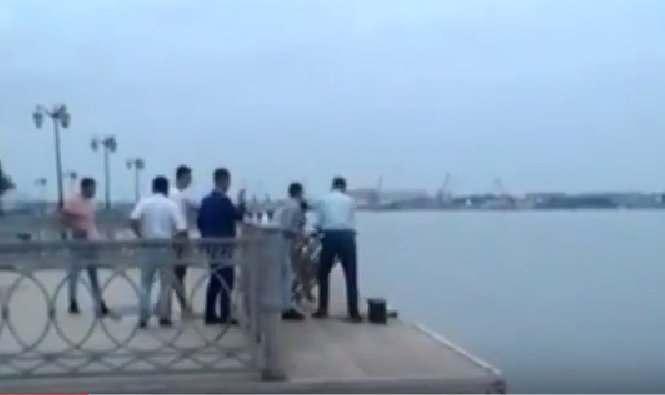 Молодые астраханцы утопили лавку на центральной набережной (видео)