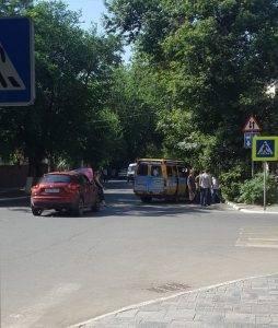 В Астрахани маршрутка врезалась в три иномарки