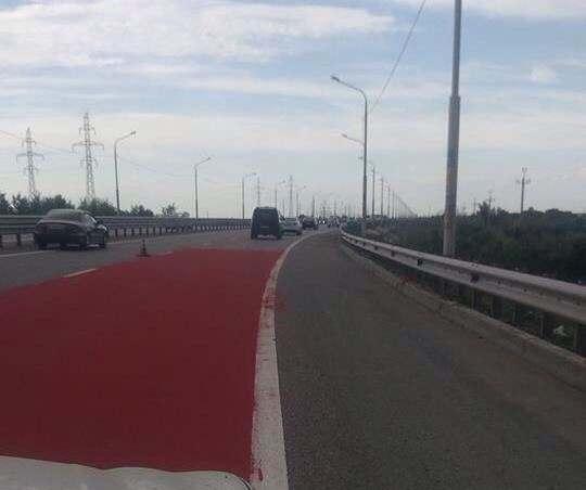 По пути на Бабаевского появилась красная дорожка