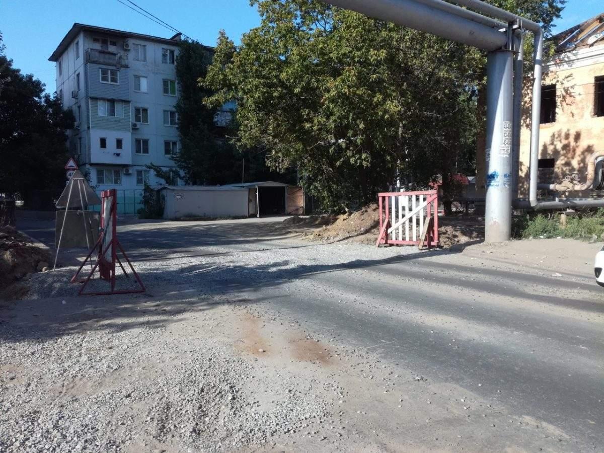 Разрытый асфальт на улице Максаковой восстановят