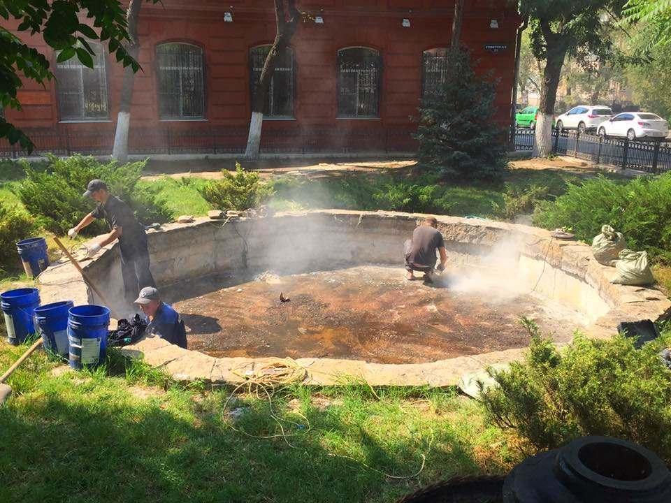 В Астрахани начинают чинить фонтан на Коммунистической