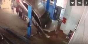 В астраханском автосервисе машина упала с подъемника