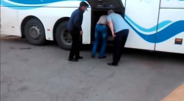 Пассажиры ехали в Астрахань в багажном отсеке автобуса