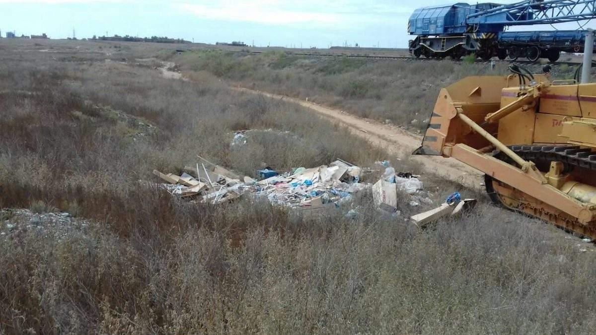 Астраханские железнодорожники ликвидировали 7 свалок мусора вдоль путей